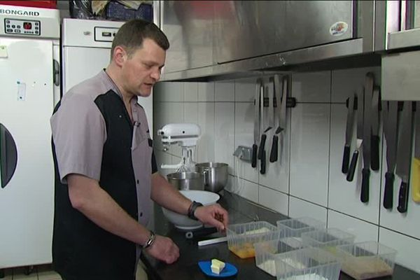 Christophe Benoist, boulanger-pâtissier à Nancy, commence le montage du Pâqu'o.