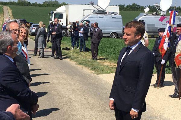 Malgré les consignes de l'Elysée, Xavier Bertrand a refusé d'enlever son masque face à Emmanuel Macron, lors de la cérémonie du 80ème anniversaire de la bataille de Montcornet.