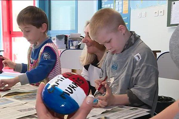 Ces galets sont peints par des élèves d'une école spécialisée pour l'insertion des élèves handicapés.