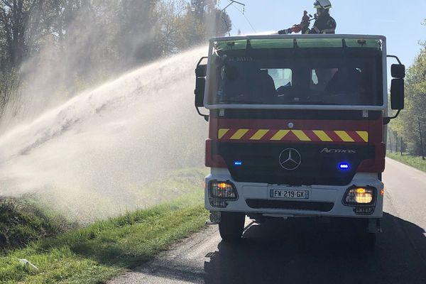 Les pompiers sont toujours mobilisés ce dimanche matin 4 avril 21 à Avensan dans le Médoc après l'incendie qui a ravagé près de 300 hectares de forêt.