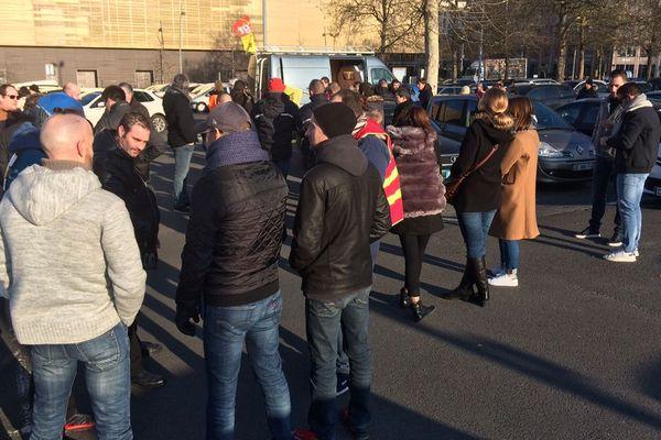 Des cheminots en grève ce lundi 5 février à Caen.