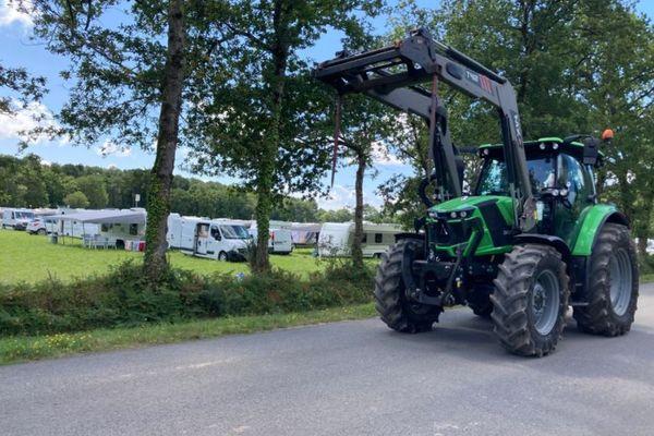Les agriculteurs ont fait une démonstration de force avec une cinquantaine de tracteurs aux abords du terrain occupé illégalement par les gens du voyage à Merlenez (Morbihan)