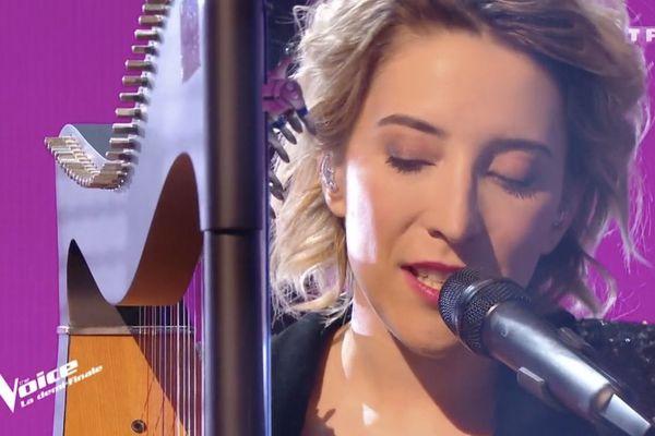 La chanteuse Gustine sur le plateau de la demi-finale de l'émission The Voice sur TF1