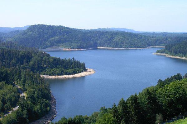 Le lac de Pierre-Percée et sa forme si particulière.