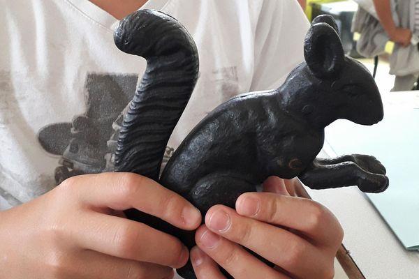 Un petit casse-noisette en forme d'écureuil, créé par des prisonniers russe du camp du Ban Sant-Jean.