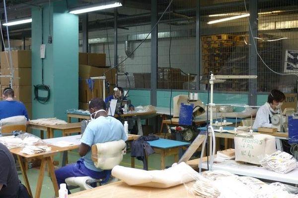 Atelier de fabrication de masques au Centre Pénitentiaire de Châteauroux-Saint Maur
