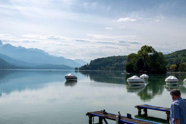 Le lac d'Annecy vide depuis le début de l'épidémie de coronavirus (avril 2020).