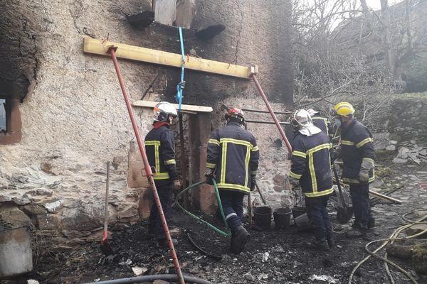 Les pompiers recherchent le corps d'un octogénaire dans les décombres de sa maison à Saint-Laurent-d'Olt dans l'Aveyron