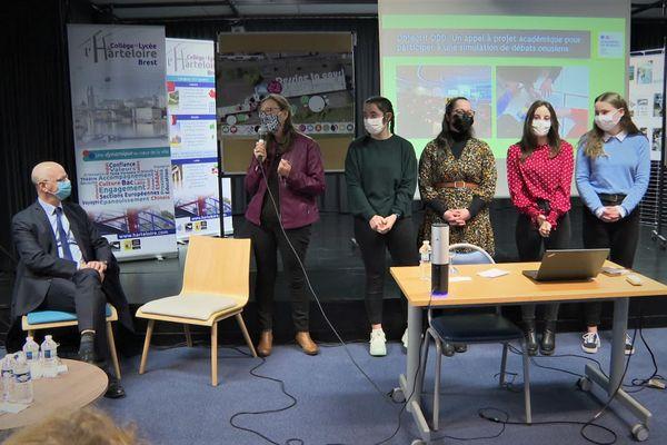 Présentation de travaux d'élèves à Jean-Michel Blanquer, au lycée de l'Harteloire à Brest