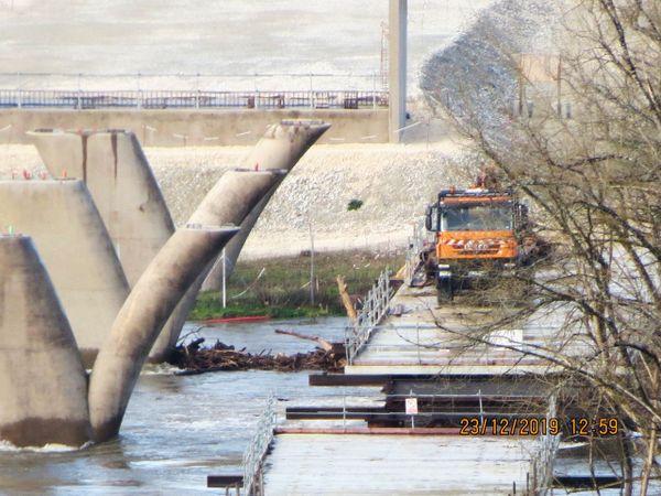 Les camions présents n'étaient là que pour dégager les bois morts accumulés autour des piles du pont