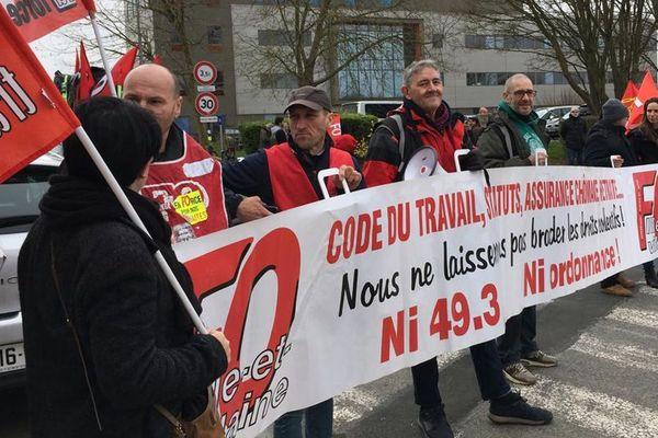 Une centaine de manifestants contre le recours au 49.3