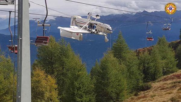 Un avion de tourisme s'est retrouvé pendu aux câbles d'un télésiège après un accident.
