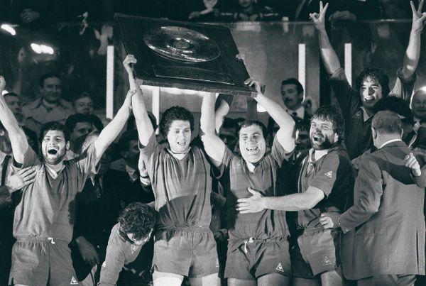 La joie des Biterrois qui brandissent leur 11ème bouclier de Brennus, en 1984 contre Agen.