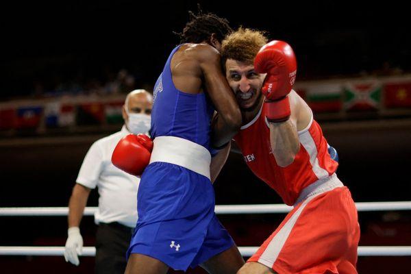 Le Toulousain, Sofiane Oumiha (en tenue rouge), vice-champion olympique des -60 kg à Rio, a été battu par arrêt de l'arbitre au deuxième round face à l'Américain Keyshawn Davis en huitièmes de finale des -63 kg, samedi 31 juillet aux Jeux Olympiques de Tokyo.