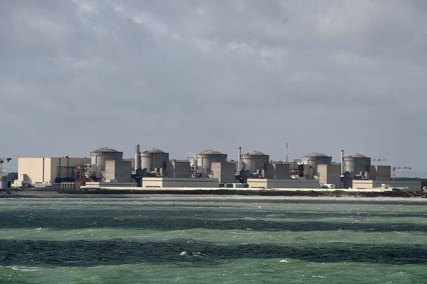 La centrale nucléaire de Gravelines, et ses six réacteurs, vue depuis la mer. (Illustration)