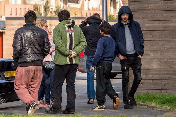 Ce matin, les migrants évacués à Grande-Synthe erraient à proximité du camp.