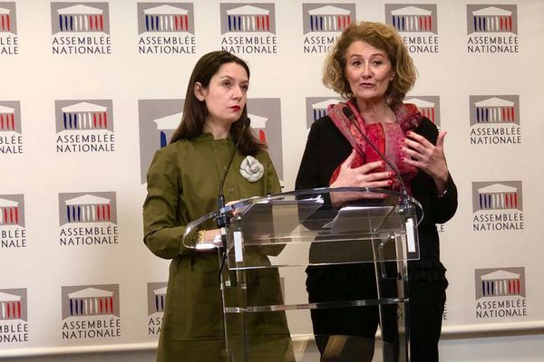 Sophie Auconie (à droite) lors de la remise du rapport sur le viol à l'Assemblée Nationale.