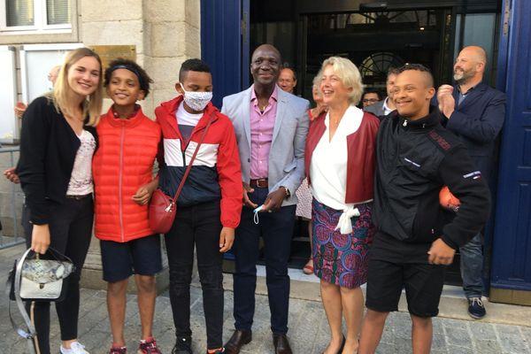 Isabelle Assih entourée de son mari et ses enfants après l'annonce de sa victoire à Quimper