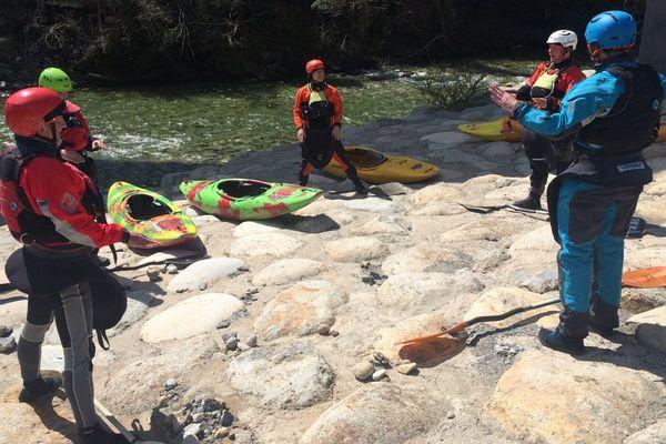 Ces 5 jeunes Allemands prennent dans cours de Kayak durant le week-end pascal dans le Tavignanu