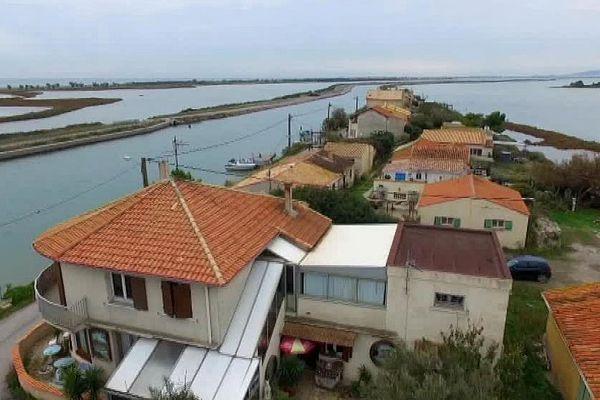 Frontignan (Hérault) - les cabanes des Aresquiers au bord du canal - archives