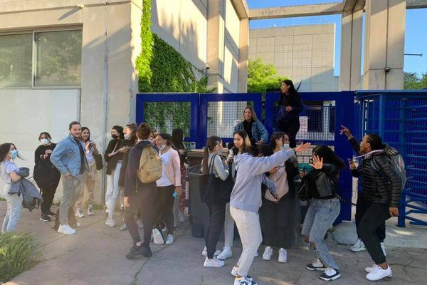 Plusieurs élèves du lycée Jean-Baptiste Brochet de Marseille ont organisé un blocus devant l'établissement, mardi 4 mai 2021, toujours dans le but de faire annuler les épreuves écrites du Baccalauréat.