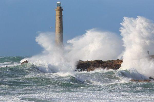 Au large de la Hague, dans la Manche, le phare de Goury, qui culmine à 52 m au-dessus des flots, essuiera les embruns d'un nouveau coup de vent prévu pour ce week-end. Il en a vu bien d'autres...