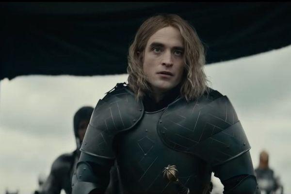 Robert Pattinson incarne un Louis de Guyenne idiot et brutal.