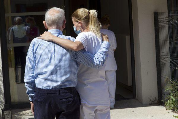 Une prime de 1000 à 1500 euros sera versée aux personnels des établissements médico-sociaux dont les Ehpad qui ont fait face à l'épidémie de coronavirus.