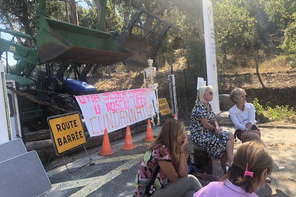 Les manifestants ont bloqué l'entrée du lycée agricole avec des engins.
