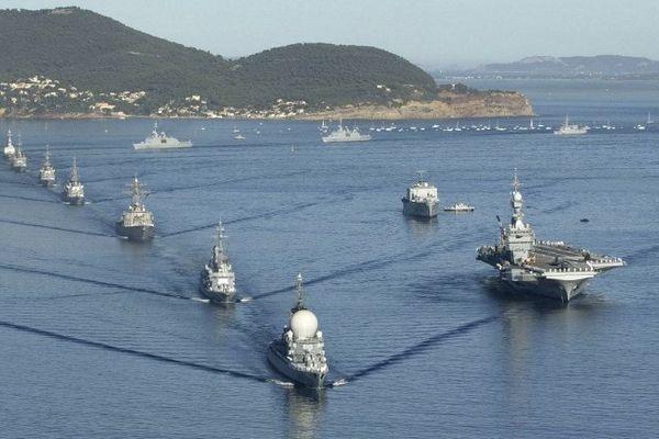 La frégate anti-aérienne Duquesne mène la revue navale devant le porte-avions Charles De Gaulle en août 2004, à l'occasion de la commémorations du 60ème anniversaire du débarquement de Provence au large de Toulon.