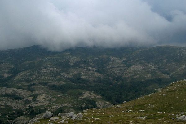 Depuis le sommet de l'ancien observatoire, les crêtes de l'Incudine et l'arrivée d'un orage.