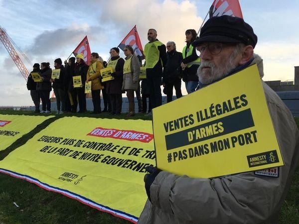 Des militants de plusieurs organisations symboliquement rassemblés sur le port de Cherbourg le mercredi 5 février 2020 afin de protester contre les ventes d'armes à l'étranger.