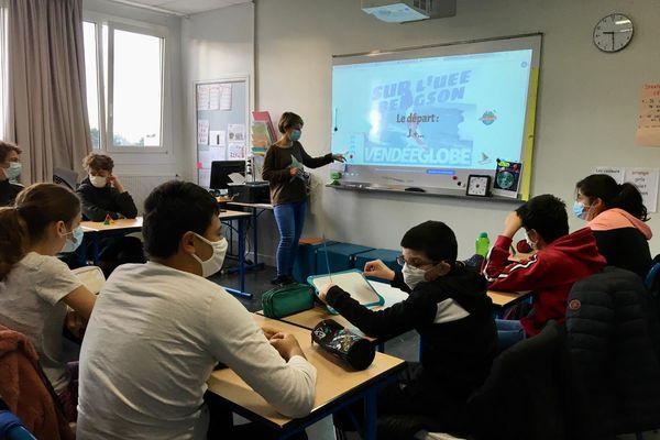 Mélanie Reboussin au tableau de la salle de classe de l'Unité d'Enseignement Externalisé