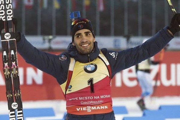 Martin Fourcade célèbre sa victoire en poursuite 12,5 Km, en coupe du monde de Biathlon, à Nove Mesto, en République Tchèque, ce 17 décembre 2016.