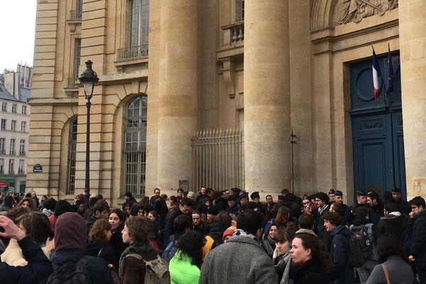 Des étudiants rassemblés devant l'Université Paris 1, place du Panthéon à Paris.