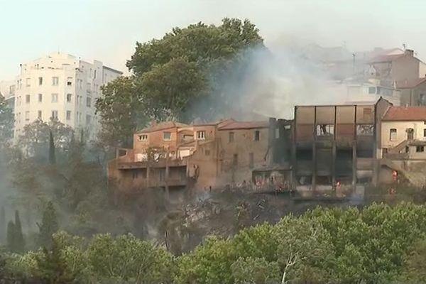 Les maisons incendiées rampe du moulin à Béziers, à proximité du centre ville dimanche 11 aôut 2019.