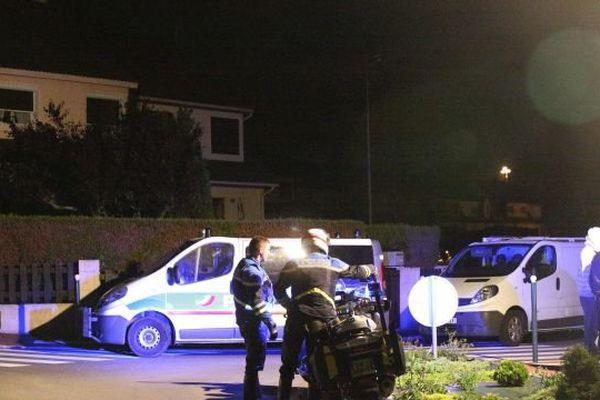 Devant le domicile du policier tué dans les Yvelines le 14 juin 2016