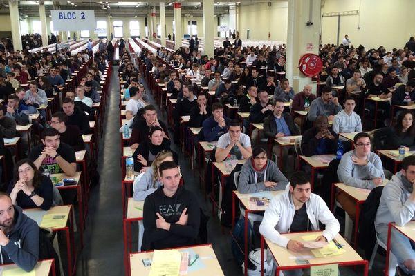 Des centaines de candidats au concours de la police nationale, à Rungis, dans le Val-de-Marne, le 10 mars 2016.