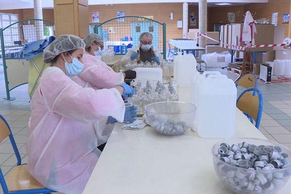 La salle de cantine où déjeunent les élèves de Jouarre a été transformée en laboratoire de conditionnement.