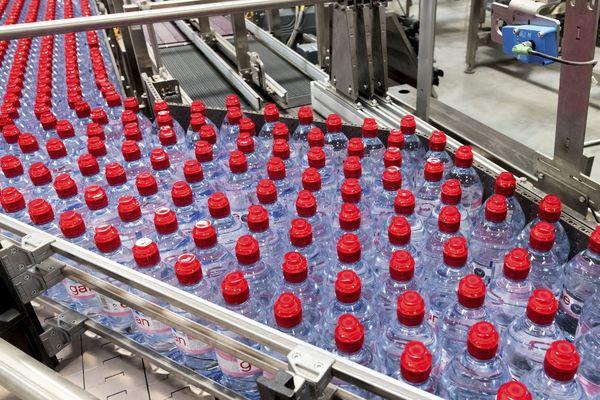 L'eau en bouteille de nombreuses grandes marques à travers le monde, dont Evian, Nestle Pure Life, San Pellegrino, Aqua, Aquafina ou encore Dasani,  est contaminée par de minuscules particules de plastique dont les dangers sur la santé sont méconnus, selon une étude menée par des scientifiques et dont un résumé a été publié mercredi 14 mars.