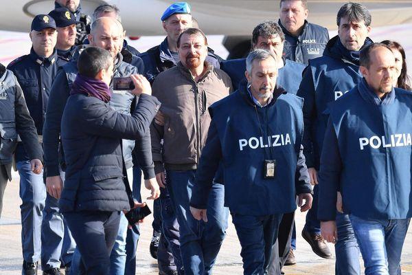 Le 14 janvier 2019, Cesare Battisti était arrêté en Bolivie après 38 années de cavale, et de retour en Italie, escorté par la police à l'aéroport de Rome.