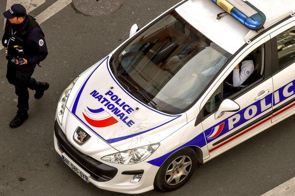 Un véhicule de police en patrouille