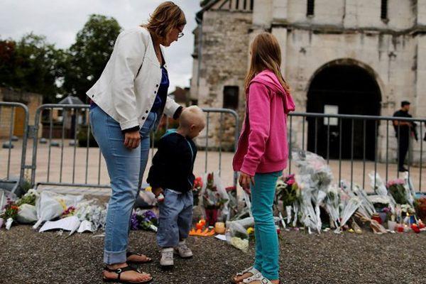 Recueillement devant l'église de Saint-Etienne-du-Rouvray