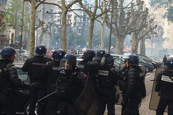 Les gendarmes mobiles déployés sur le boulevard Leblois.