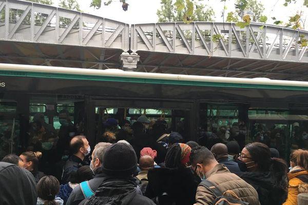 Jusqu'à une centaine d'usagers du métro se sont retrouvés serrés sur le trottoir, à la sortie de Jaurès, pour attendre les bus de remplacement.