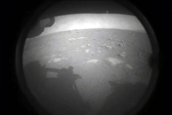 La première image diffusée par la Nasa provenant de Perseverance, après son atterrissage sur Mars jeudi 18 février.