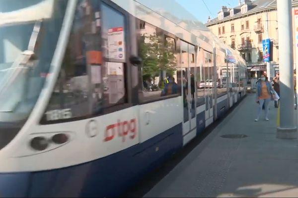 Port du masque, distance de sécurité : les règles de déconfinement différent dans les transports en commun entre la France et la Suisse.