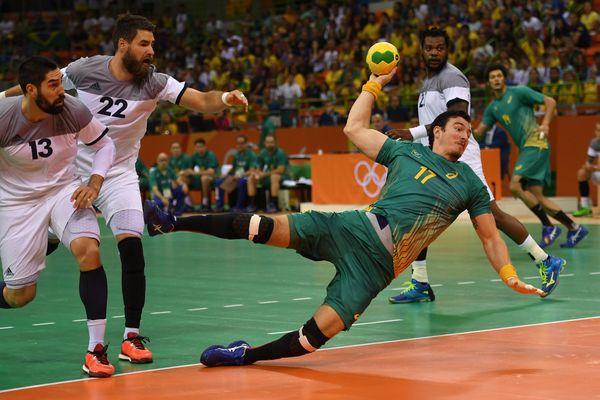 Nikola et Luka Karabatic (en blanc), lors des quarts de finale du tournoi olympique de handball, aux JO de Rio, le 17 août 2016.