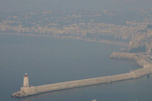 Le port de Nice et la Baie des Anges sous un brouillard de pollution - Photo d'archives