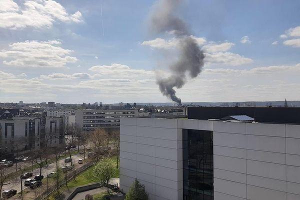 Un impressionnant panache de fumée est visible depuis une grande partie de la métropole rouennaise. Il est dû à un incendie dans une entreprise de peinture de Petit-Quevilly (Seine-Maritime)